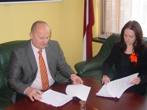 Līguma parakstīšana
